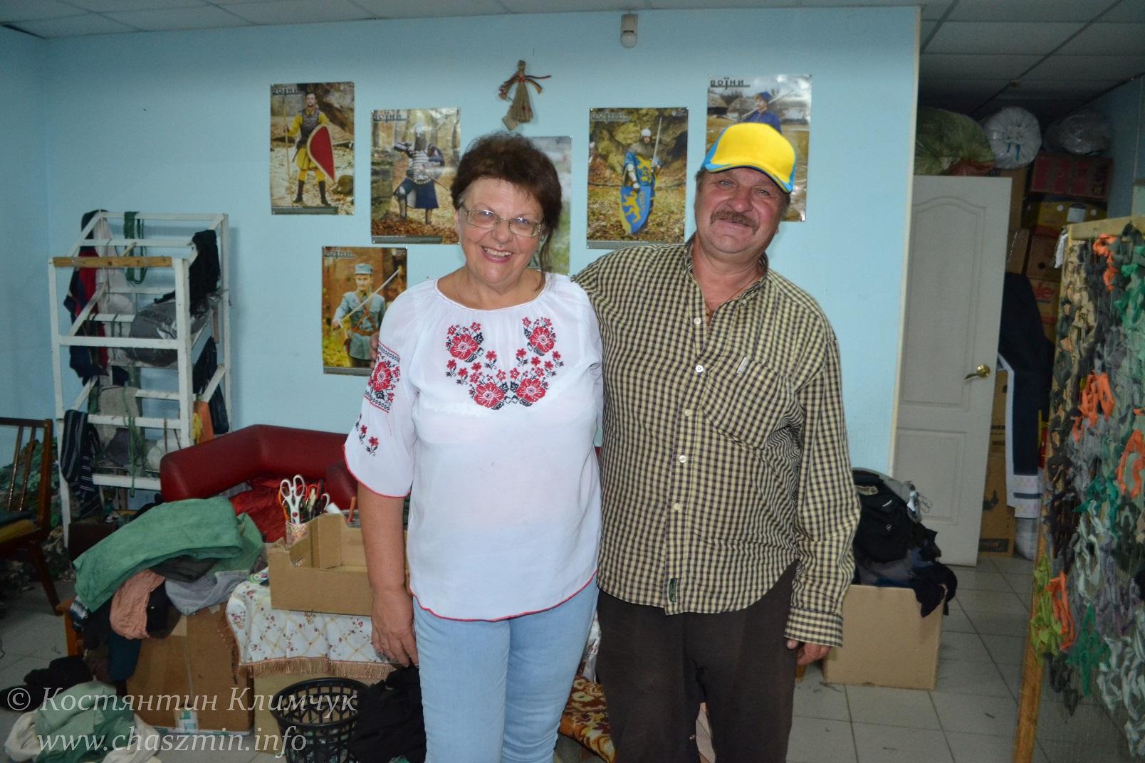 На фото: крааторська волонтерка Ірина Сидоренко та водій-волонтер з Узина Володимир