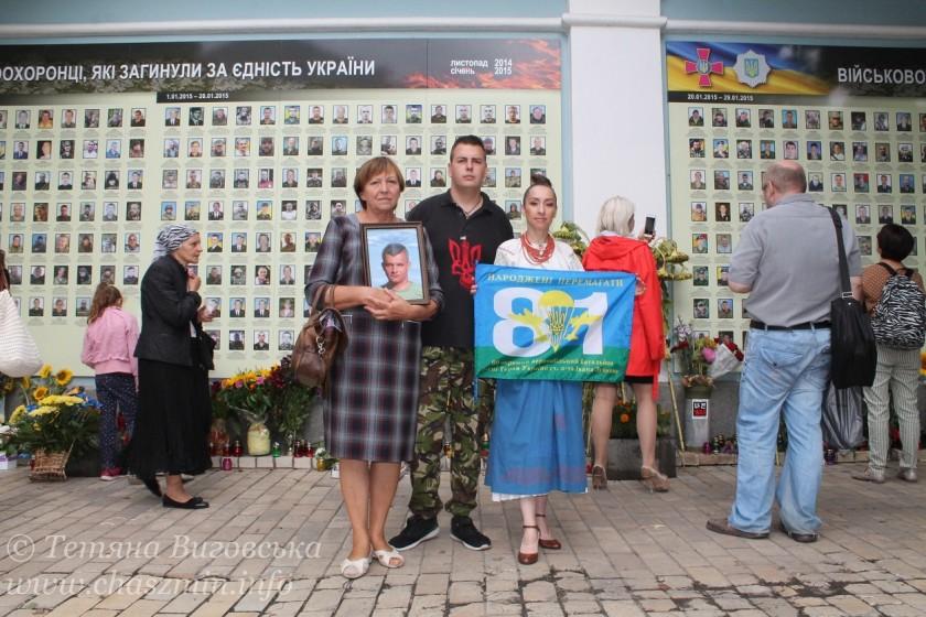 Соняхи, як обеліски. В Києві вшанували загиблих в російсько-українській війні
