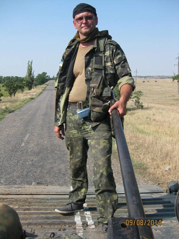Борис Азаров на чолі колони при виводі 72 ОМБр у Мелітополь